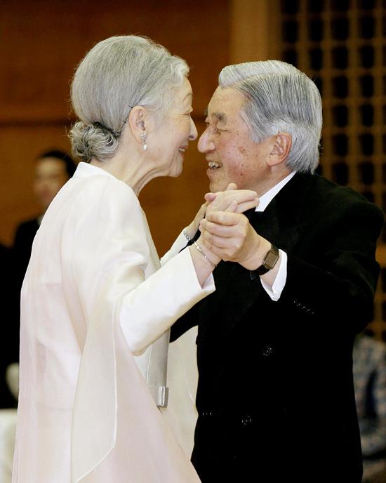 Pareja imperial japonesa celebra aniversario de seis décadas