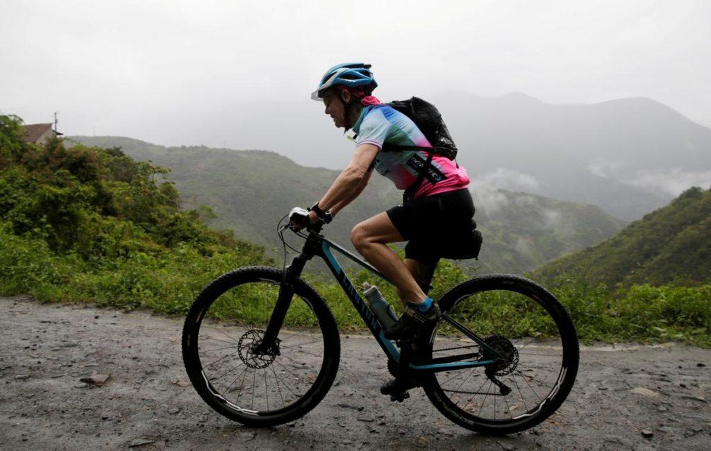 Abuela conquista la ruta más díficil de Bolivia en bicicleta