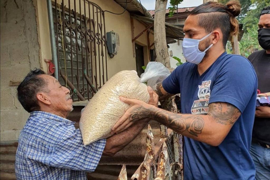 """El jugador """"Chaval Estrada"""" lleva víveres a San Marcos"""
