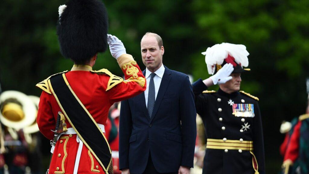 Príncipe William ayuda a un soldado afgano y a su familia