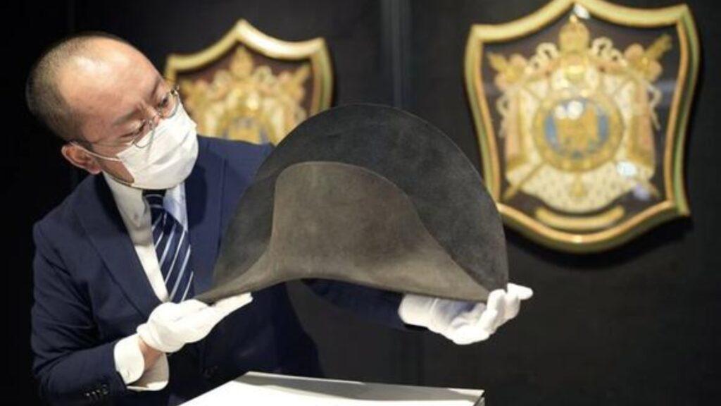 Presentan sombrero de Napoleón recién descubierto